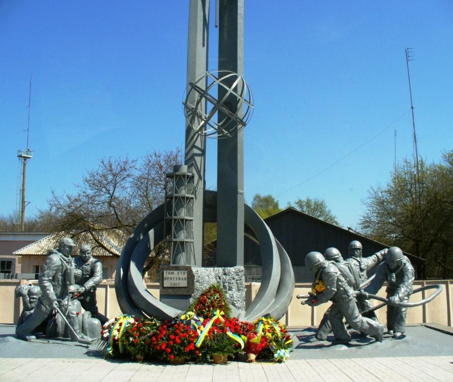 Пам'ятник_пожежникам-ліквідаторам_аварії_на_ЧАЕС,_Чорнобиль,_біля_пожежної_частини
